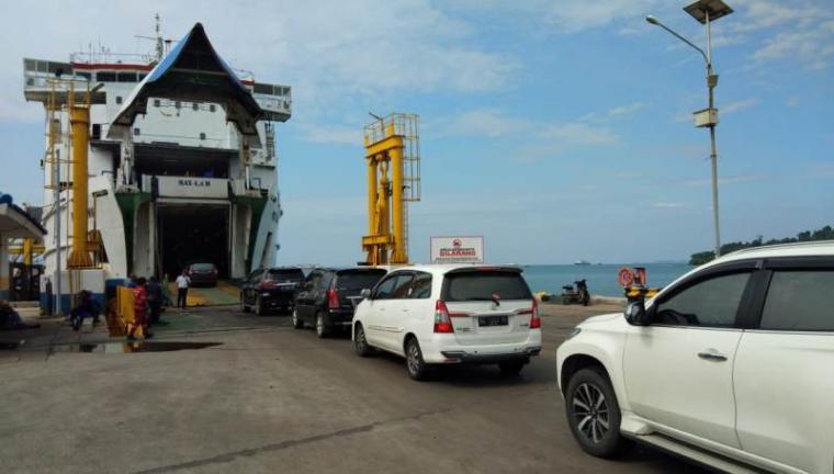 Kendaraan pribadi saat masuk ke kapal di Pelabuhan Merak. (Foto: TitikNOL)