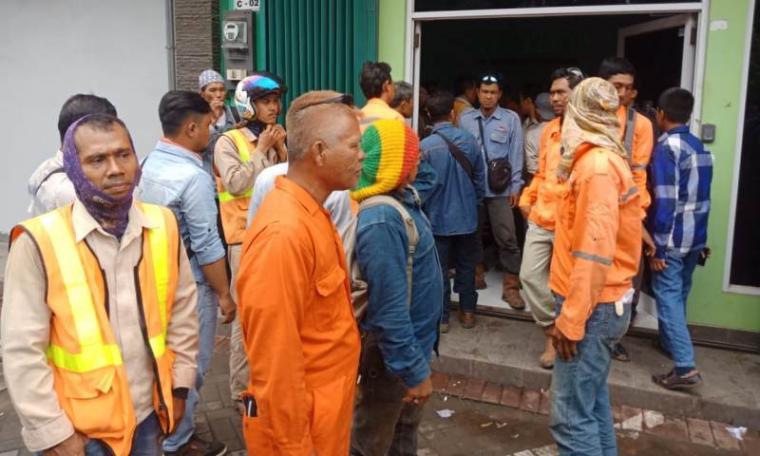 Karyawan PT Wentico Indonesia saat mendatangi kantor perusahaan untuk menanyakan gaji selama dua bulan yang belum dibayar. (Foto: TitikNOL)