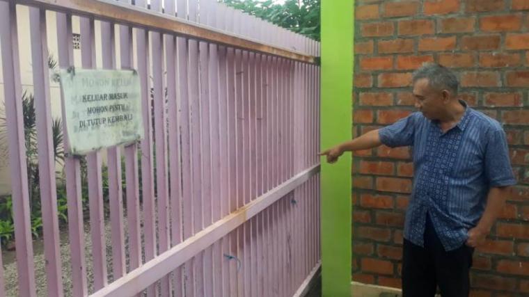 Darsi Gumay, pemilik Kost putri saat menunjukan tempat pria yang memamerkan alat kelamin sambil onani. (Dok: TitikNOL)