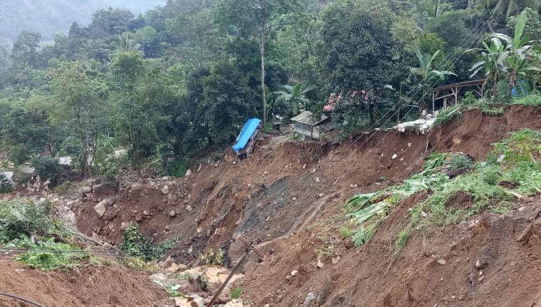 Tanah longsor di Kampung Cigobang, Desa Banjarsari, Kecamatan Lebak Gedong, Kabupaten Lebak, Banten. (Foto: TitikNOL)