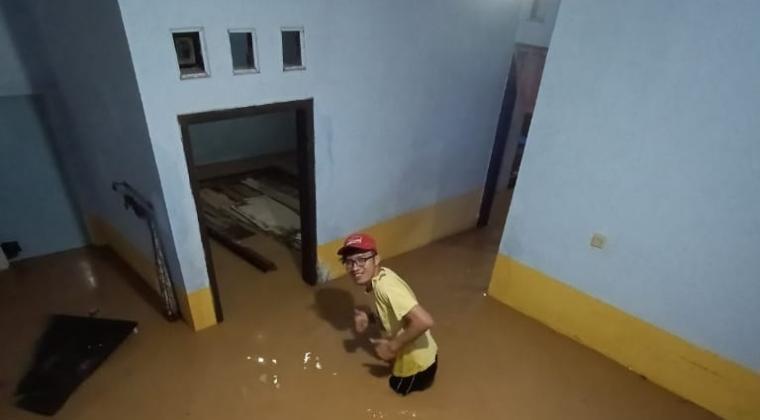 Salah satu rumah warga yan terendam banjir. (Foto; TitikNOL)