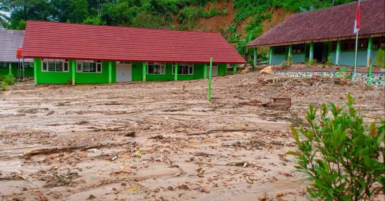 Salah satu sekolah yang terdampak banjir bandang Kabupaten Lebak. (Fpto: TitikNOL)
