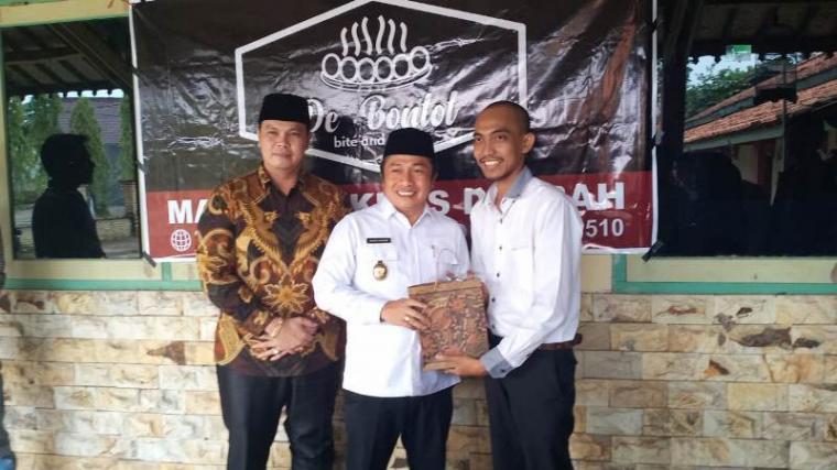Wakil Wali Kota Serang, Subadri Ushuludin dan Ketua DPRD Kota Serang, Budi Rustandi, saat menghadiri peluncuran pertama produk De Bontot. (Foto: TitikNOL)