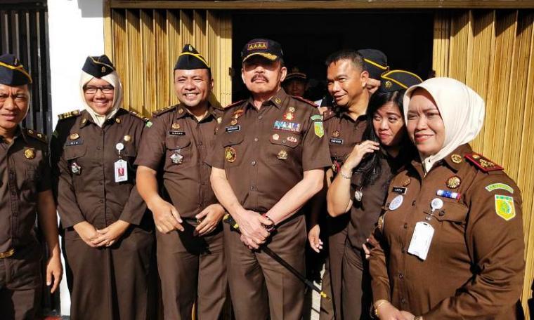 Jaksa Agung Buranudin ST foto bersama dengan jajaran Kejari Cilegon. (Foto: TitikNOL)