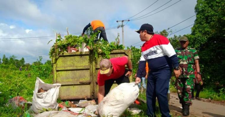 Wakil Walikota Serang Subadri Ushuluddin melakukan aksi kebersihan melawan sampah di Kelurahan Gelam, Kecamatan Cipocok Jaya, Jumat, (21/02/2020). (Foto: TitikNOL)