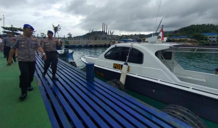 Direktur Polairud Banten, Kombes Pol Heri Sulistya Budi Santoso saat mengecek kapal patroli. (Foto: TitikNOL)