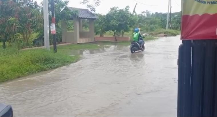 Banjir yang melanda kawasan Perumahan Persada Banten, di Kelurahan Kalodran, Ciruas, Kota Serang. (Foto: TitikNOL)