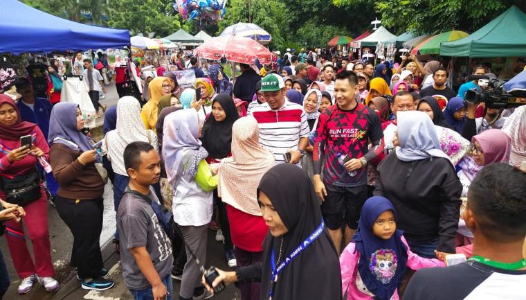 Ali Mujahidin dan Lian Firman dikerubungi masyarakat saat berkunjung ke Car Free Day. (Foto: TitikNOL)