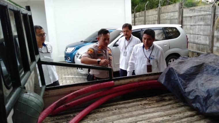 Kapolsek Pulomerak AKP Rifki Seftrian saat melihat barang bukti kabel yanh dicuri dari Unit 8 PT Indonesia Power.(istimewa).