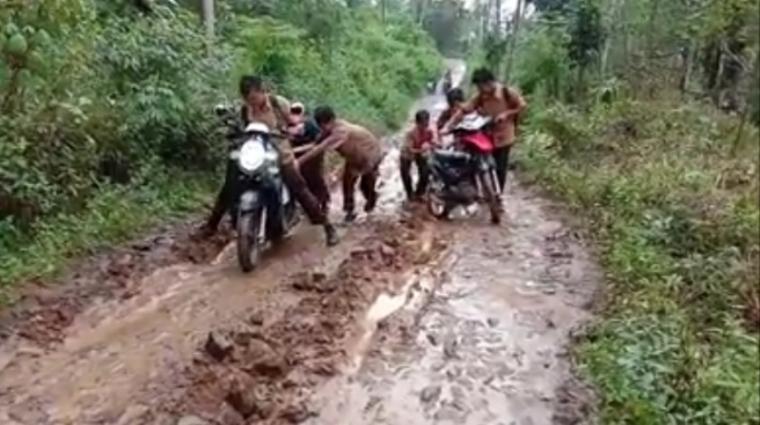 Ruas jalan di Kampung Kulantung, Desa Mekarsari, Kecamatan Cihara, Kabupaten Lebak. (Foto: TitikNOL)
