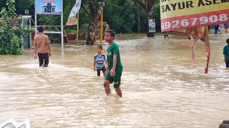Kondisi banjir di kawasan Perumahan Persada Banten, Kalodran, Kota Serang. (Foto: TitikNOL)