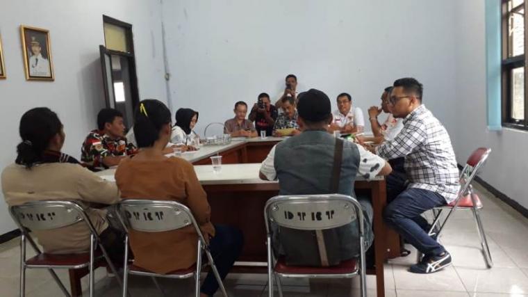 Dinas Tenaga Kerja dan Transmigrasi Kabupaten Lebak saat melakukan pertemuan dengan pihak PT Parkland Word Indonesia (PWI) dan karyawan yang terkena Pemutusan Hubungan Kerja (PHK). (Foto: TitikNOL)