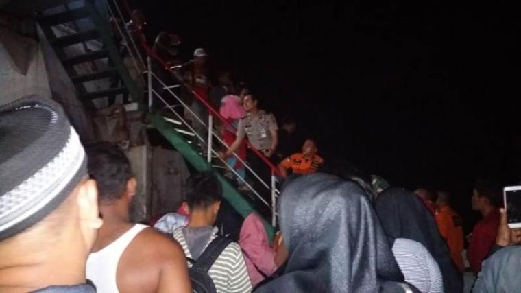 Evakuasi penumpang KMP Salvatore yang mengalami mati mesin .(Istimewa).