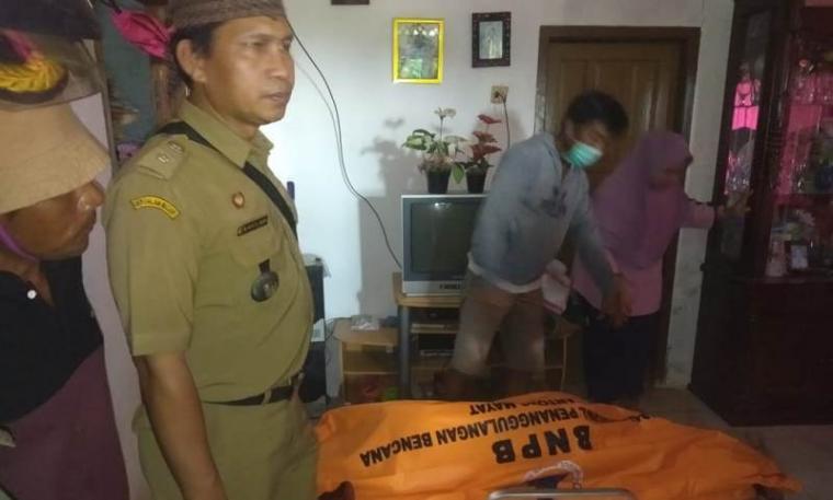 Mayat Badri alias Ewoh (35) warga Kampung Pasir Haur, Desa Lebak Tipar, Kecamatan Cilograng, Kabupaten Lebak yang ditemukan tewas mengambang di Pantai Ciantir, Sawarna. (Foto: TitikNOL)