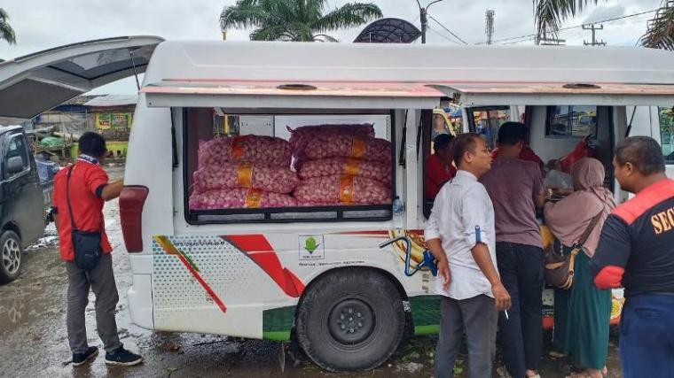 Operasi pasar bawang putih yang digelar oleh Kementerian Pertanian Republik Indonesia melalui Badan Ketahanan Pangan di Pasar Rau, Kota Serang. (Foto: TitikNOL)