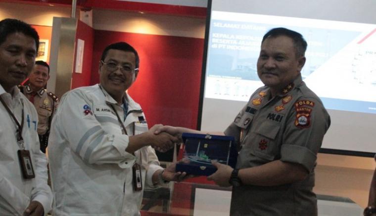 Kapolda Banten Irjen Pol Agung Sabar Santoso bersama Direktur Utama (Dirut) PT. Indonesia Power Suralaya PGU Ahsin Sidqi. (Foto: TitikNOL)