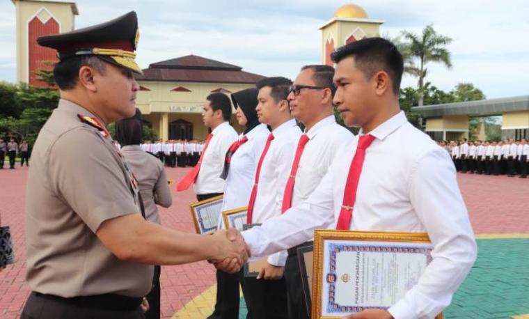 Penyerahan penghargaan kepada personel Polda Banten dan jajaran yang berprestasi yang diberikan langsung oleh Kapolda Banten Irjen Pol Agung Sabar Santoso. (Foto: TitikNOL)