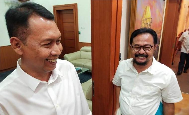 Fakih Usman Umar dan Budi Mulyadi usai menerima SK pengangkatan dari Walikota Cilegon, Edi Ariadi. (Foto: TitikNOL)