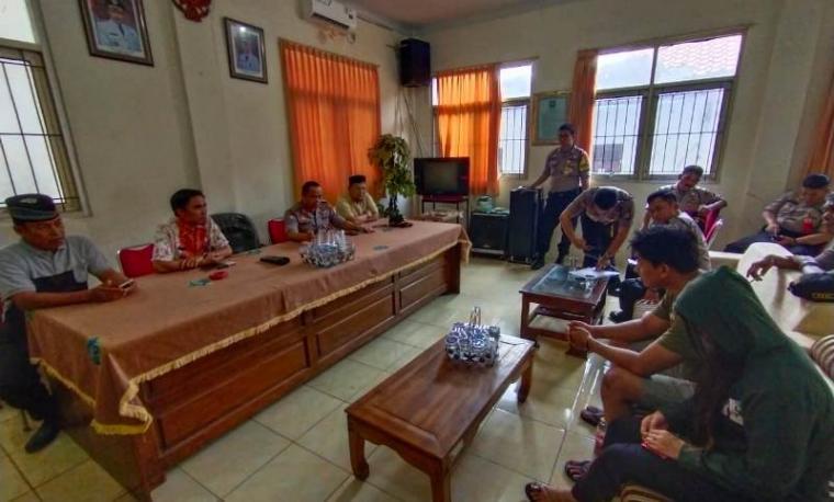 Pasangan bukan suami istri yang terjarigng operasi dimintai keterangan di Kantor Kelurahan Citangkil. (Foto: TitikNOL)