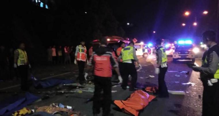 Polisi evakuasi korban bus ALS yang terlibat dengan truk trailer. (Foto: TitikNOL)