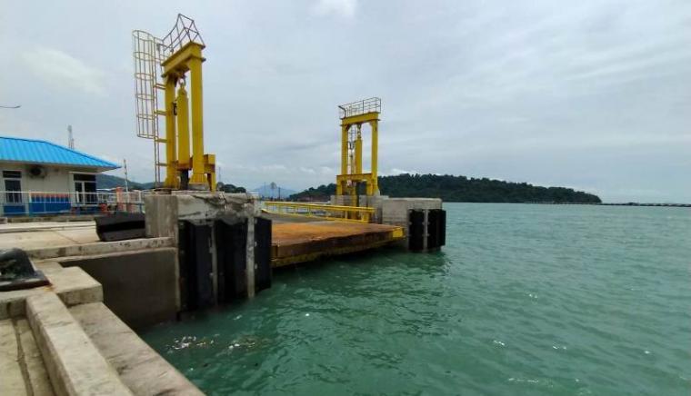 Lokasi jatuhnya truk muatan semen di Demaga 7 Pelabuhan Merak. (Foto: TitikNOL)