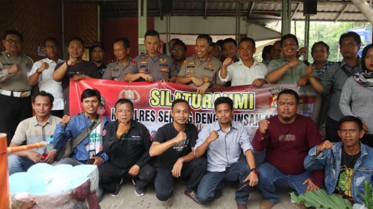 Kapolres Serang, AKBP Mariyono foto bersama puluhan jurnalis media cetak dan elektronik di sebuah rumah makan di Kecamatan Ciruas, Kabupaten Serang, Rabu (11/3/2020). (Foto: TitikNOL)