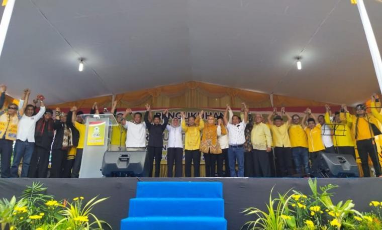 Deklarasi tim pemenangan dan tim relawan calon Wali kota Cilegon, Ratu Ati Marliati di depan Gedung DPD Golkar Kota Cilegon, Sabtu (7/3/2020). (Foto: TitikNOL)
