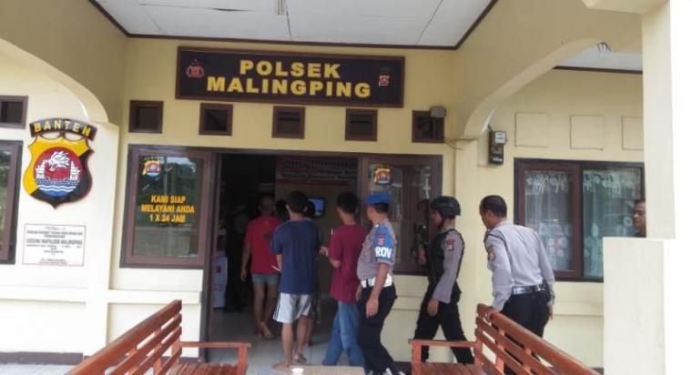 Pelaku saat diamankan Polsek Malingping, Kamis (19/03/2010). (Foto: TitikNOL)