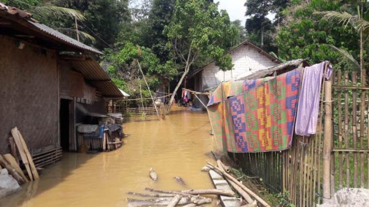 Banjir yang melanda salah satu kampung di Kecamatan Jawilan, Kabupaten Serang akibat luapan sungai Cibereum. (Foto: TitikNOL)