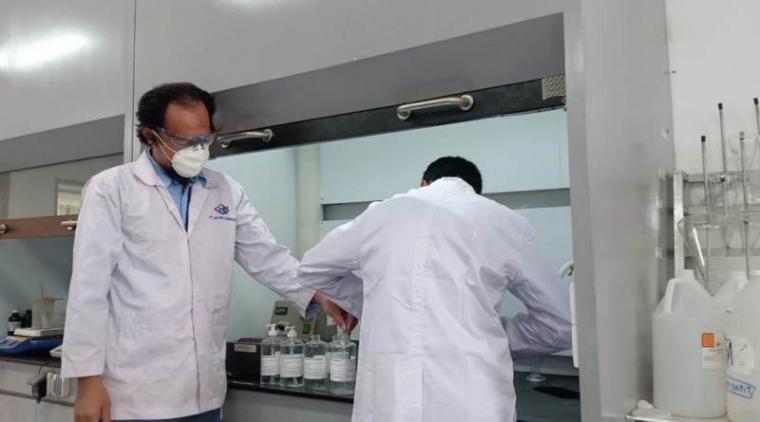 Proses pembuatan hand sanitizer di PT Dover Chemical. (Foto: TitikNOL)