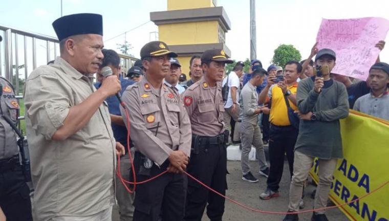 Anggota DPRD Kota Serang Fraksi Gerindra, Babay Supardi saat menemui warga Curug dan Walantaka, Kota Serang, yang sedang melakukan aksi unjuk rasa di depan gedung DPRD Kota Serang, Jumat (6/3/2020). (Foto: TitikNOL)
