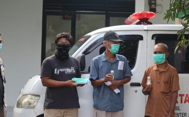 Untirta Peduli dan Relawan Banten memberikan masker dan hand sanitizer kepada pengurus mesjid atau marbot.(Foto: TitikNOL)