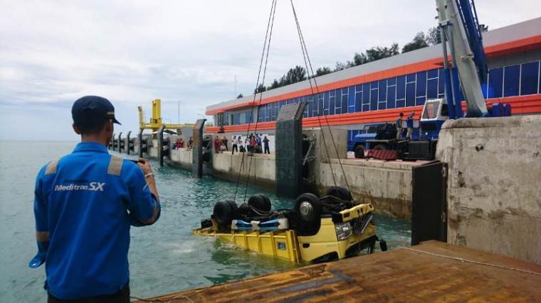 Proses evakuasi truk muatan semen di Dermaga 7 Pelabuhan Merak. (Foto: TitikNOL)
