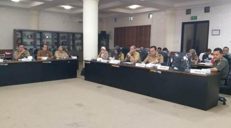 Hearing antara Pemkot Cilegon dengan Komisi I DPRD Kota Cilegon terkait waralabat tak berizin. (Foto: TitikNOL)