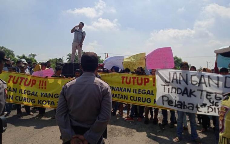 Aksi unjuk rasa Puluhan warga dari Kecamatan Curug dan Walantaka di depan gedung Dewan Perwakilan Rakyat Daerah (DPRD) Kota Serang, Jumat (6/3/2020). (Foto: TitikNOL)