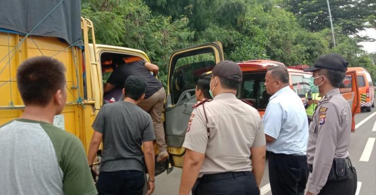 Truk nopol BE 9365 BW yang dikemudikan Herwadi (50) warga Jalan Dipenogoro Rt. /030/010, Imopuro Pusat Kota Metro Lampung. (Foto: TitikNOL)