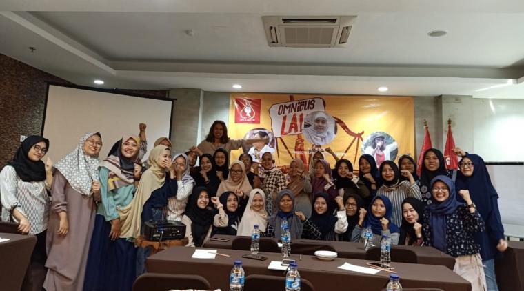 Aksi Perempuan Indonesia (API) Kartini, gelar Focus Grup Discussion (FGD) dengan tema 'Perempuan Melawan RUU Omnibus Law (Pertumbuhan Ekonomi atau Pemiskinan Struktural)' di Greenotel Cilegon, Minggu (15/3/2020) sore. (Foto: TitikNOL)