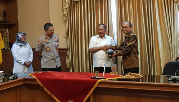 Wali kota Cilegon, Edi Ariadi dan Direktur Utama PT KIT Amirul Mu'tama saat MoU program smart city. (Foto: TitikNOL)