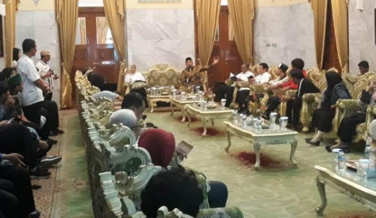 Diskusi antara Pemerintah Kabupaten (Pemkab) Serang dan mahasiswa yang diselenggarakan di Pendopo Bupati Serang. (Foto: TitikNOL)