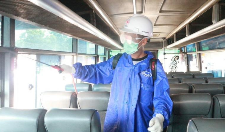 Penyemprotan Disinfektan ke angkutan umum dalam provinsi (AKDP) maupun angkutan umum antar provinsi (AKAP) di terminal Pakupatan Kota Serang. (Foto: TitikNOL)