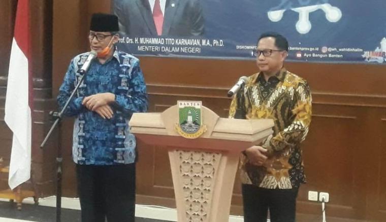 Mentri Dalam Negeri (Mendagri) Tito Karnavian bersama Gubernur Banten Wahidin Halim saat jumpa pers usai berdiskusi penanganan Covid 19. (Foto: TItikNOL)