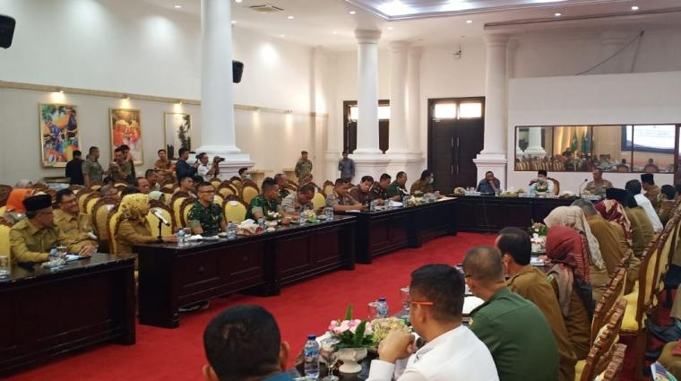 Suasana rapat koordinasi pencegahan penyebaran virus corona (Covid-19) yang digelar di Pendopo Gubernur Banten, Senin (16/3/2020). (Foto: TitikNOL)