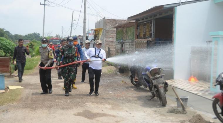 Penyemprotan disinfektan di kawasan perumahan Puri Anggrek. (Foto: TitikNOL)