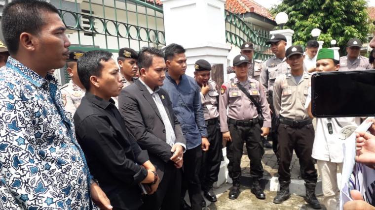 Ketua DPRD Lebak Dindin Nurohmat bersama sejumlah anggota DPRD dari Komisi III saat menemui massa HMI Cabang Lebak yang menggelar aksi demo carut marutnya program BSP/BPNT di depan gedung dewan. (Foto: TitikNOL)