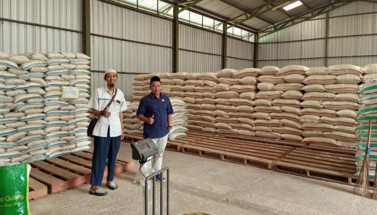 Musa Weliansyah, anggota DPRD Lebak saat melakukan pengecekan sembako di gudang Bulog Divre Lebak - Pandeglang. (Foto: TitikNOL)