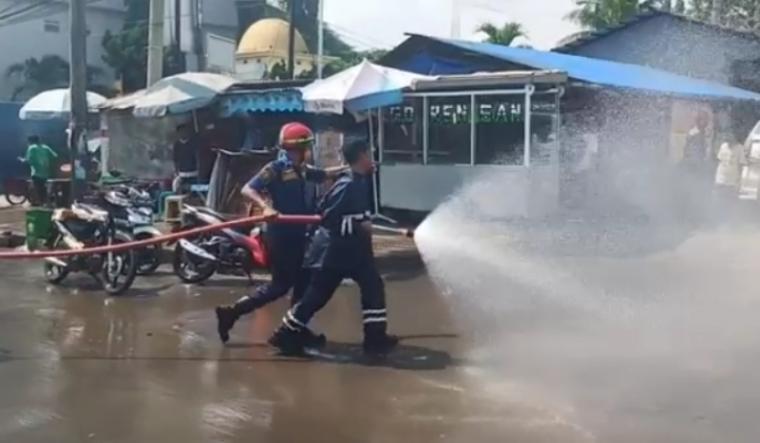 Penyemprotan Disinfektan di sepanjang jalan protokol dari kawasan Kemang sampai Alun-alun Kota Serang, Selasa (24/3/2020).