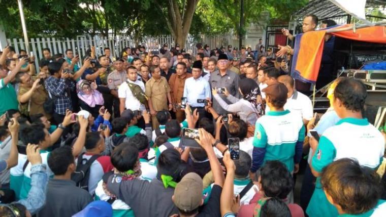 Ketua DPRD Banten Andra Soni saat menemui buruh di depan gedung DPRD Banten.. (Foto: TitikNOL)