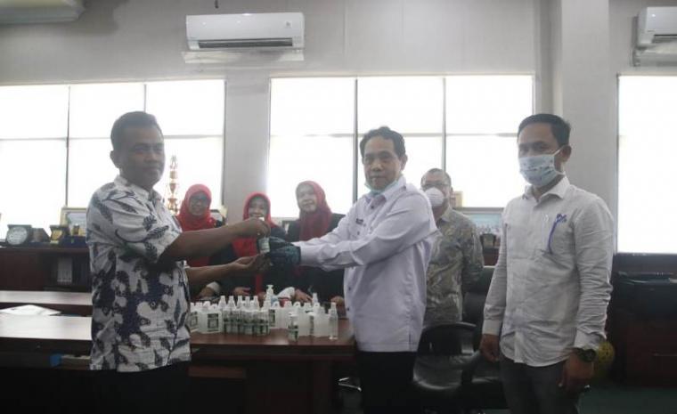 Pembuatan hand sanitizer yang akan dibagikan untuk Warga Banten. (Foto: TitikNOL)