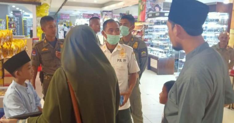 Satuan Polisi Pamong Praja (Satpol PP) Kota Serang saat melakukan razia anak sekolah disalah satu pusat perbelanjaan di Kota Serang. (Foto: TitikNOL)