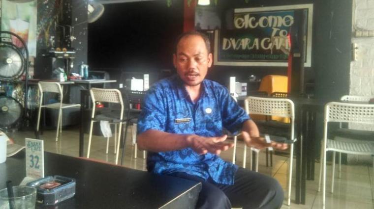 Darmawan wakil ketua Apdesi DPC Kabupaten Lebak saat memberikan keterangan kepada awak media di Rangkasbitung. (Foto: TitikNOL)
